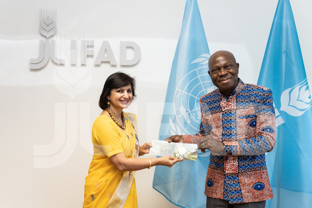 Presentation of commemorative coin of Rs 75, which was released by Hon'ble Prime Minister of India on the occasion of 75th Anniversary of FAO  to IFAD President